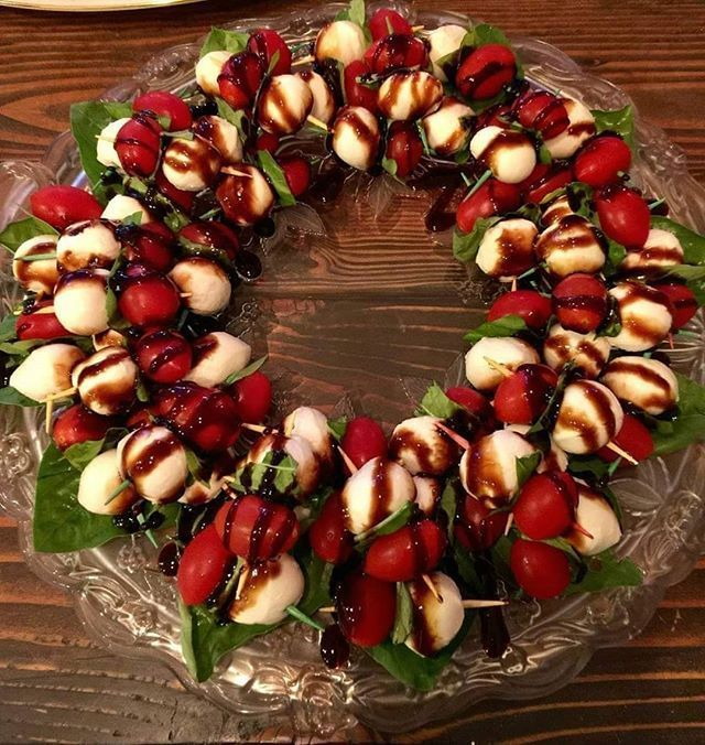 Awesome festive Caprese Wreath great for #holidays or any occasion! This is supe... #awesome #caprese #festive #great #holidays #occasion #wreath