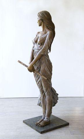 Artista cria esculturas em tamanho natural de mulheres inspiradas pela arte renascentista, revela a beleza da forma feminina