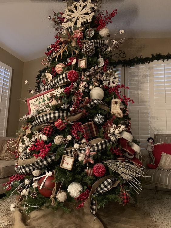 Cotton bolls, pinecones, rustic ornaments give the cozy look.