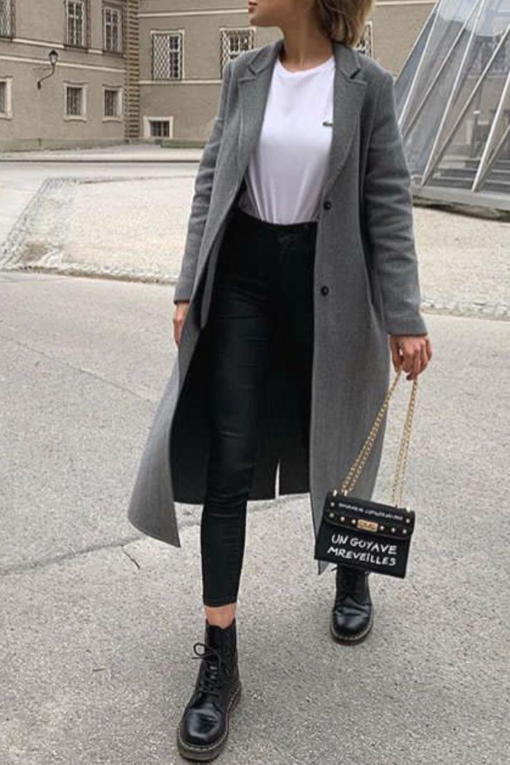 Trendy herfst / winter mode vrouw met een lange grijze jas en Doc martens
