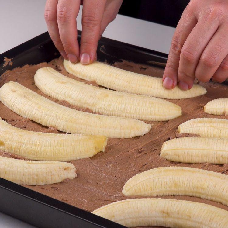 Coloca mitades de plátano en el pastel. Este diseño es único #pastel #platano #tarta #dulce #postre