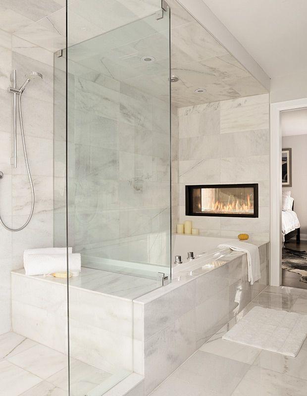 Exemple de la douche immédiatement à gauche puis le bain dans le même sens (comme Jeanne). Mur du fond, près de la fenêtre, on pourrait y mettre ma maquilleuse, puis immédiatement sur l'autre mur, à côté de la porte de chambre, la toilette et le meuble lavabo.