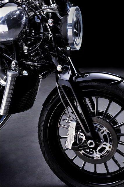 バイク界隈では自社の象徴的なバイクをモチーフにした新車、いわゆる「ネオクラシック」な機種を作る動きが盛んです。その究極の形「オートバイのロールスロイス」とも言われたバイク「ブラフ・シューペリア SS10...