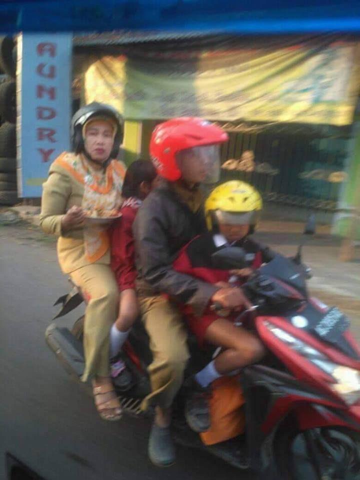 Orang tua antar anak ke sekolah