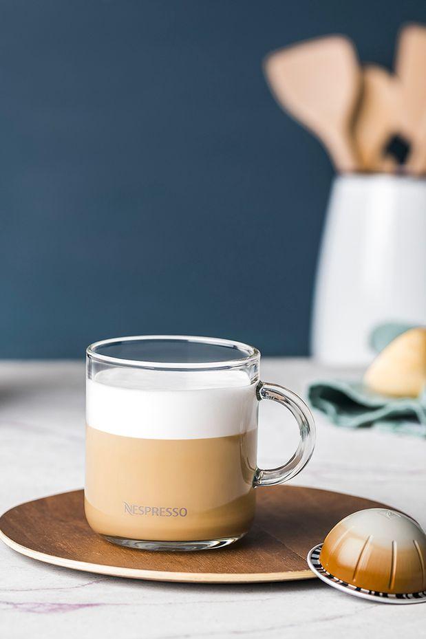 La gourmandise est de mise avec cette recette de Double Cappucino réalisée avec le BARISTA CREATIONS Bianco Leggero, le café Vertuo idéal pour toutes vos créations lactées.  1. Versez 80 ml de lait dans votre émulsionneur de lait. 2. Préparez de la mousse de lait chaude dans votre émulsionneur.  3. Ajoutez 120 ml de mousse de lait dans votre tasse et recouvrez de 80 ml de Bianco Leggero.  Prêt à la tester chez vous ?