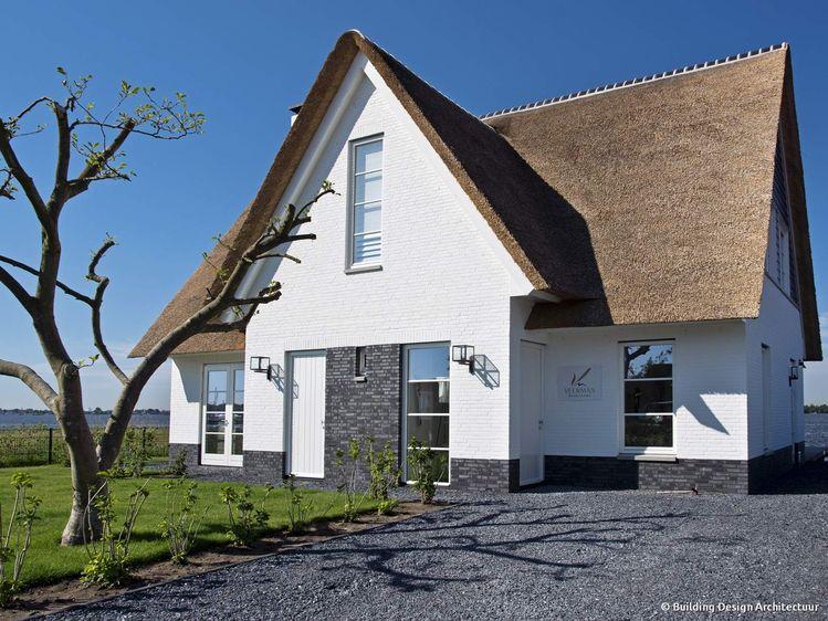 Rietgedekte villa aan het water building design architect