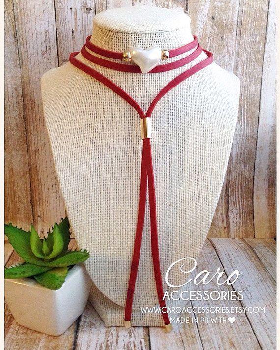 3a9b6c71ea3a Collar rojo perla en forma de corazón gamuza de 5mm con capa de cuero.  Granos…