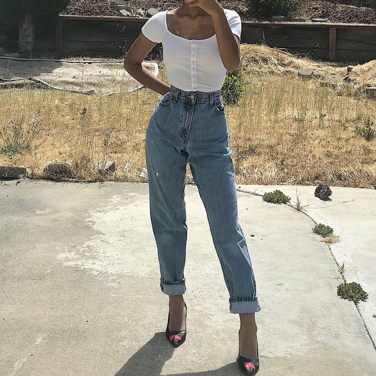 """Vintage 90s light to medium wash Levi's 550 jeans! Has a high waist with a zip fly. Relaxed hips and thighs and gets tapered at the ankles. Made of 100% non stretch cotton denim. Excellent gently used vintage condition with some minor distressing at the seam but no stains or holes. The denim is softer from wear. Tag size is 4 MIS M and the exact size is 15551-4892. These would best fit someone who wears between a sz 26 and 27 in bottoms with 38"""" hips max. I am a sz 0/23-24 (32A-23-35)"""