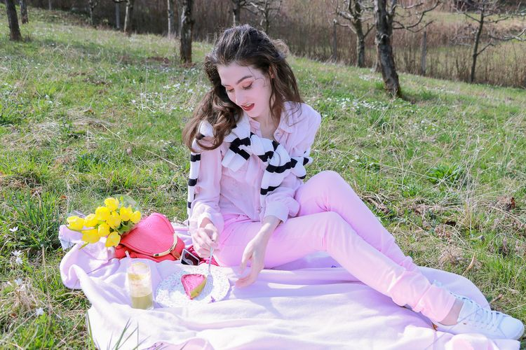 c83923f258b6 Fashion blogger Veronika Lipar of Brunette From Wall Street sharing what to  eat on the spring picnic