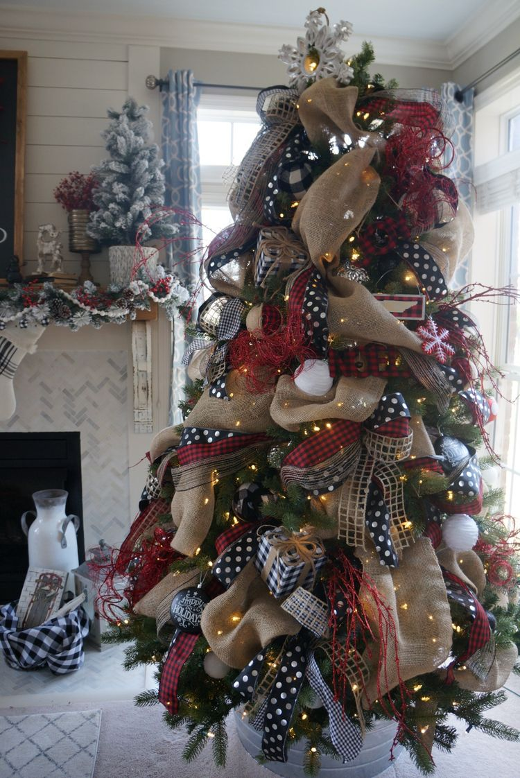 You don't have to be a pro to have a beautifully decorated tree! You can learn how to decorate your Christmas tree with ribbon the right and easy way!
