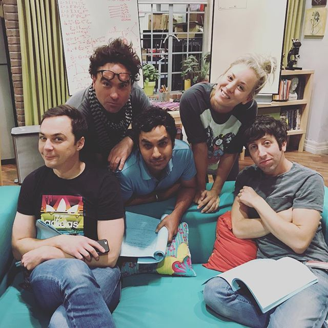 """Instagram'da Kunal Nayyar: """"The ONE day I decide to match with the couch! #family"""""""