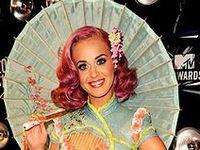 Katheryn Elizabeth Hudson (Santa Bárbara, California, Estados Unidos, 25 de octubre de 1984),6 mejor conocida por su nombre artístico de Katy Perry, es una cantante, guitarrista, compositora y actriz estadounidense. Perry creció escuchando y cantando la música góspel, durante su primer año en la secundaria. En 2007, adoptó el nombre artístico de Katy Perry tras firmar con Capitol Records, su cuarto sello discográfico en siete años de carrera.