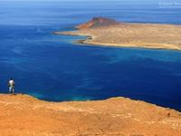 The volcanic landscapes of Lanzarote are a unique experience. Go for a walk between the volcanoes and relax at the beautiful beaches of the island!