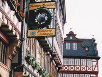 Tipps für Frankfurt / Tipps für deine Reise, Urlaub oder Tagesausflug nach Frankfurt am Main. Was musst du unbedingt in Frankfurt essen und trinken? Ganz typisch für die Stadt in Hessen ist der Frankfurter Kranz, Grüne Soße und natürlich der Apfelwein (auch Ebbelwoi genannt). Was musst du in Frankfurt unbedingt sehen? Das Bankenviertel, die Skyline von Mainhattan (in Anlehnung an Manhattan), das Rathaus (der Römer), den Main, der Eiserne Steg uvm. Hier bekommst du Reisetipps für die Stadt Frankfurt am Main.