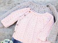Chalecos, vestidos y tejidos, la mayoría para niños. Con palillos y crochet