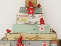 Diferentes arboles de Navidad, papel, alambre, tela, corcho, madera....