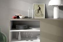 DOMO / DOMO es un aparador / buffet con puertas correderas coplanares. Es soportado por una bancada metálica que estiliza sus proporciones y facilita la limpieza de la superficie de suelo en que se ubica. El sobre, los frontales y los laterales del mueble pueden ser acabados en madera o lacados, mientras que la trasera y los interiores son bilaminados. Las patas son de hierro pintado al epoxi.