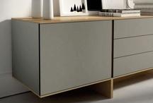 STIJL / STIJL, es un mueble aparador o buffet lacado, en madera o combinando ambos acabados. El color es protagonista en esta pieza, hasta el punto en que los usos cromáticos condicionan los formatos y proporciones. Formalmente destaca el efecto de equilibrio de su base y la verticalidad continua que mantiene con el punto de apertura. Se presenta en tres versiones: con seis cajones, con tres puertas o con una puerta y tres cajones.