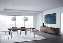 """DINAMICO / DINAMICO del catálogo SYSTEMS son mesas con una cierta estética """"high-tech"""" y formas antropomórficas de aluminio funcionales para variar la altura deseada."""