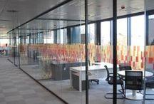 ENDESA Cataluña / ARLEX ha sido el ganador del concurso internacional para el suministro e instalación de mamparas en la sede de Endesa Cataluña. Distribuimos el espacio con 1250m2 de mamparas P700 y P450 para despachos de alta dirección, 2500m2 de divisorias P600s y P450 para la zona operativa, forrados, falsos techos y mamparas móviles especiales.