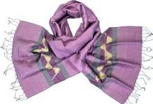Fairtrade sjaals uit Cambodja / Cambodja - Sokoan, haar dochters, zus en een aantal vriendinnen uit hetzelfde dorp zijn allemaal zeer ervaren wevers. Zodra het werk op het land gedaan is, kruipen de vrouwen achter hun weefgetouw. Sokoans man Pom richt zich vooral op het maken van verf van natuurlijke kleurstoffen (natural dye). Daarnaast heeft hij leren koken zodat Sokoan daar geen tijd mee verliest. Hun prachtige zijden sjaals zijn exclusief te koop bij Counting Flowers.