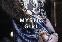 MYSTIC GIRL / Una musa nonchalant.  La extravagancia como lado B de la bohemia. Cuero, bordados, flecos, animal print y rayas. En sincronía, alzan el emblema de la libre expresión.
