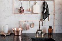 Rustiek/Industrieel / De rustieke keuken, denk aan industriële invloeden zoals blootliggende leidingen, bakstenen muren, grote lampen en gebruik van ruwe, onbewerkte materialen zoals metaal, koper, natuursteen, hout en beton.