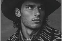 Western / Куртки с бахромой, ковбойские ботинки, кожаные юбки, анималистический принт (корова, леопард), звезды как принт и т.п.