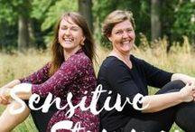 Sensitive Stemmer - podcast / Sensitive Stemmer er en podcast om sensitivitet. En podcast til dig der gerne vil blive klogere på det særligt sensitive personlighedstræk og inspireres af andre sensitives historier, tanker og skildringer af livet.  Dine værter Nina Lerche & Camille Namaste interviewer inspirerende mennesker der alle har sensitiviteten inde på livet. Vores ønske er, at du finder ud af at der er mange andre der har det på præcis samme måde som dig.  Find os på www.sensitivestemmer.dk