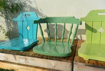 Eigen project Bax & Koning I SKSG Leek de Vlindertuin - tuin BSO / In opdracht van de SKSG hebben we (Trui Bax en ik) de tuin van de BSO de Vlindertuin in Leek aangepakt. Ook het aangezicht moest anders. De SKSG zit in een tijdelijke huisvesting (portacabin). We hebben onder andere met kleurgebruik (groentinten) en natuurlijke materialen geprobeerd een natuurlijke sfeer te creëren.