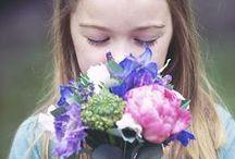 Moederdag / Moederdag. Hét moment voor kinderen én partners om moeder hun waardering en dankbaarheid te laten blijken voor al haar liefde, zorg en toewijding. Soms met een groot of minder groot geschenk, maar vrijwel altijd óók met bloemen... Kijk, klik en inspireer.