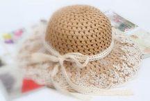 Chapéu feminino / O chapéu (feminino) tem os seus encantos e pode ser usado se  soubermos criar um estilo próprio e acertarmos na escolha dos acessórios corretos para valorizar o look.