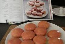 Roze koeken fanmail / Mijn recept van roze koeken bleek een enorme hit: nog wekelijks krijg ik foto's opgestuurd van fraai roze huisvlijt. Hier verzamel ik alle ingestuurde foto's
