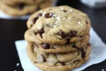 Amazing Easy Cookies Recipes / Best popular cookie recipes from bloggers. Chocolate, sugar, peanut butter, holidays, Christmas you name it!