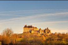Camping Fontaine du Roc, Villeréal Dordogne Périgord / Spécialement aménagé pour votre confort, notre #camping familial de 3 ha, vous propose un grand choix d'emplacements plats, délimités, ombragés ou ensoleillés d'environ 120 m2 avec électricité et borne d'eau à proximité et une vue extraordinaire sur l'indomptable château de Biron, des locations, une grande piscine... tout pour des #vacances réussies!!