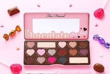 The Chocolate Bar Palette Collection / The Chocolate Bar experience begins as soon as you open the palette and the smell of sweet chocolate envelops you. The eye shadows are pigmented with pure, antioxidant-rich cocoa powder and includes 16 matte and shimmer shades of natural browns, delicate pinks and luscious plums. Includes our signature how-to Glamour Guide with three looks to get you started.