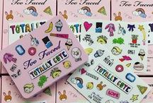 Totally Cute Eye Shadow Collection / It's a combo totally MFEO (made for each other): Nine brand new highly pigmented shades in matte to shimmer finishes plus totally cute limited edition stickers to jazz up your palette! Everyday neutrals and bright pops of color allow you to create a look that's hashtag AMAZING!