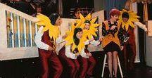 Theater Tournee / Van 1974 tot mei 2015 organiseerden wij de Zonnebloem Theater Tournee. Tienduizenden mensen met een lichamelijke beperking bezochten de afgelopen jaren één van de voorstellingen. Grote namen als Danny de Munk, Joke de Kruif, Henk Poort, Harry Slinger en Sieb van der Ploeg speelden één of meerdere keren mee.