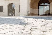 Vecchio Basolato / COD PVB È un pavimento riprodotto da antiche pietre di una masseria salentina del 1400. I formati che compongono il modulo di base sono vari, mentre gli spessori disponibili sono due, cm 2,5 e cm 5,0. E' un prodotto antigelivo e ad alta resistenza. Scheda Tecnica: http://pietraprimiceri.it/images/docs/vecchio_basolato/scheda_tecnica_basolato.pdf