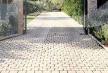 Appia Antica / COD PAA È un pavimento formato da piccole pietre consumate dal tempo. Modulato su rete per facilitare la posa in opera, ha uno spessore di circa cm 3. E' un prodotto antigelivo e ad alta resistenza. Scheda Tecnica: http://pietraprimiceri.it/images/docs/scheda_tecnica_appia.pdf