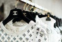 chanel / Chanel S.A. é uma empresa privada francesa que pertence a Alain e Gerard Wertheimer, netos de Pierre Wertheimer, que foi um parceiro de negócios da couturière Gabrielle Bonheur Chanel. A Chanel S.A. é uma empresa especializada em alta-costura, prêt-à-porter, bens de luxo e acessórios de moda.