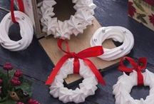 Natale tra decorazioni e biscotti / In questa board, biscotti, meringhe, zucchero e cannella si trasformano in decorazioni belle e buone per addobbare in grande stile la tavola di Natale e non solo. Scoprite le nostre idee e quelle dei blogger di GialloZafferano che abbiamo raccolto qui!
