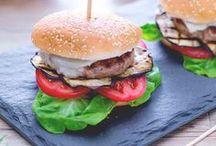 Burger e Hamburger / Da re dello streetfood alle tavole gourmet, il burger fatto in casa impazza in tutto il mondo. Ecco tutte le nostre ricette. Gnamburger per tutti!