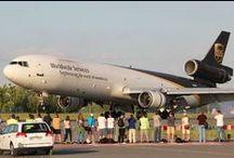Sekrety MD-11 / Często zabieramy Was w fotograficzne wycieczki do miejsc, które na co dzień są niedostępne dla pasażerów. Dziś zapraszamy do wnętrza samolotu towarowego McDonnell Douglas MD-11 latającego w barwach firmy kurierskiej UPS. Ten jeden z największych regularnie operujących z naszego lotniska samolotów.