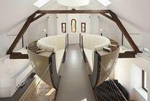 Čítárna ve tvaru polokoule / Představte si, že relaxujete v jiném světě. V čítárně ve tvaru polokoule, která je zavěšena na konstrukci podkrovní galerie.