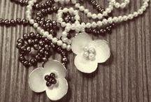 Necklaces and Pendants/Colliers en Hangers