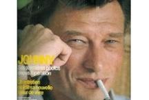 Johnny Hallyday / L'un de ces magazines vous intéresse ? Pour en savoir plus, cliquez dessus. Deux fois.