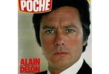 Alain Delon / L'un de ces magazines vous intéresse ? Pour en savoir plus, cliquez dessus. Deux fois.