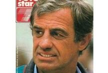 Jean-Paul Belmondo / L'un de ces magazines vous intéresse ? Pour en savoir plus, cliquez dessus. Deux fois.