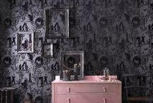 Lumière noire / Le style baroque renaît de ses cendres et devient résolument tendance. En jouant sur l'exubérance des formes, la profusion des détails et l'opulence des matières, domptez les codes classiques du baroque pour créer une ambiance grandiose et onirique.